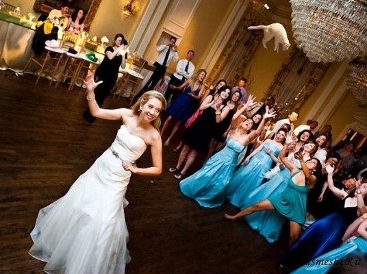 Невеста бросает букет фото